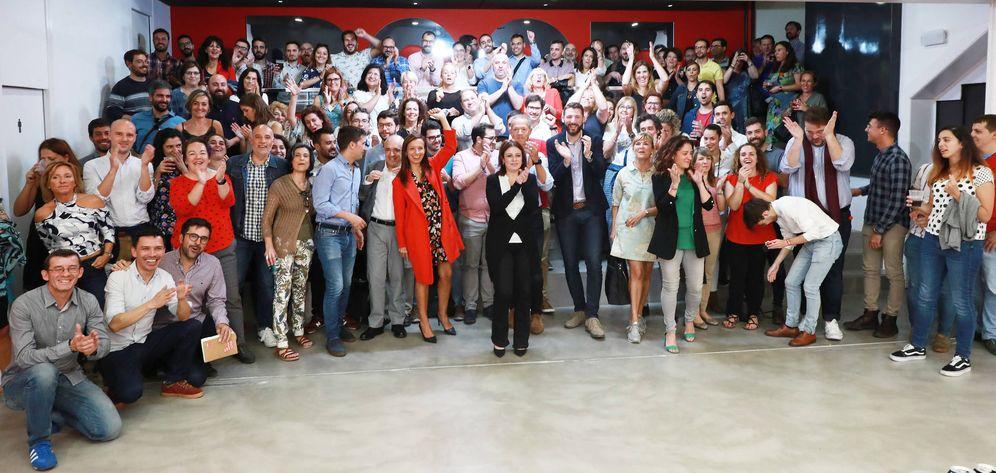Foto: Adriana Lastra y dirigentes de la ejecutiva y del grupo celebran con los trabajadores de Ferraz el fallo del TS sobre Franco, este martes. (Inma Mesa | PSOE)