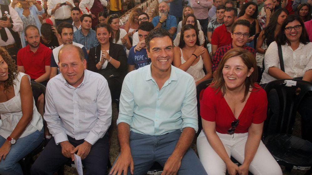 Foto: Sánchez, con el candidato socialista a la Xunta, Xoaquín Fernández Leiceaga, y la presidenta de la gestora del PSdeG, Pilar Cancela, este 3 de septiembre en Oroso, A Coruña. (EFE)