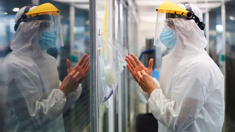 Un sanitario en el Hospital del Mar durante los meses más duros de la pandemia. (EFE)