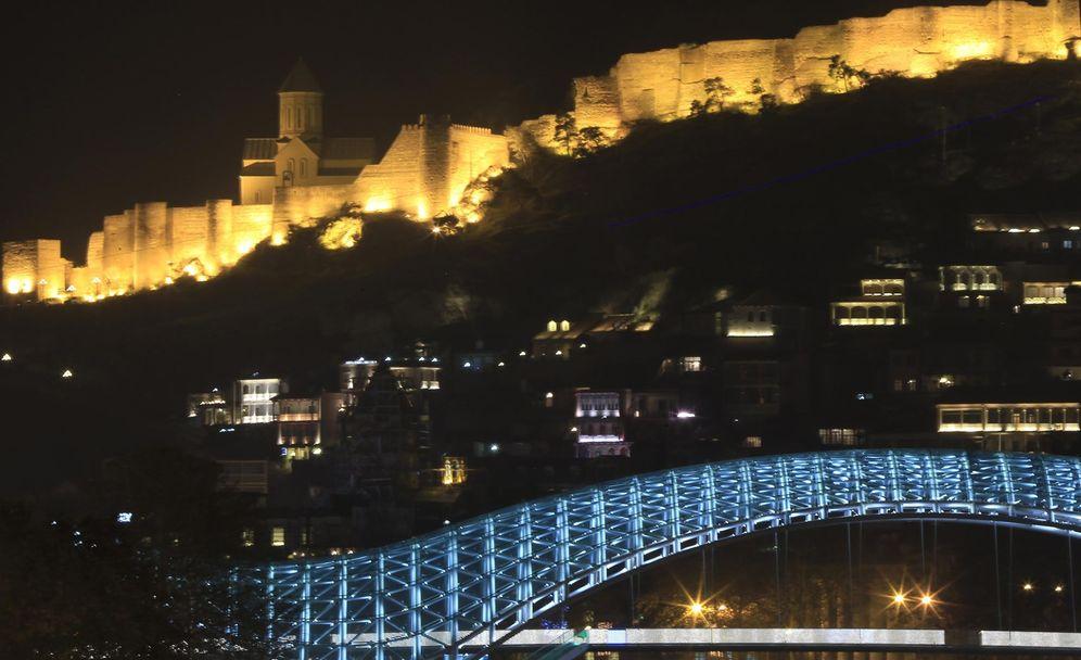 Foto: Vista del moderno puente sobre el río Mtkvari con el casco histórico en el fondo (Reuters)