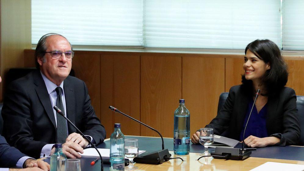 Foto: El candidato del PSOE a la Comunidad, Ángel Gabilondo, y la candidata de Podemos, Isa Serra. (EFE)