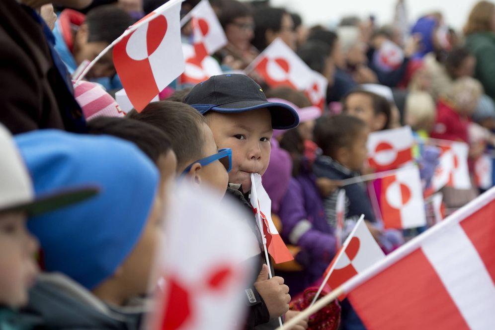 Foto: Niños con la bandera de Groenlandia esperan la llegada del Príncipe Federico de Dinamarca, en Nuuk. (Reuters)