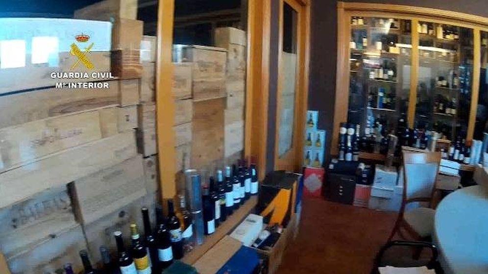 Foto: Imagen de algunos de los vinos falsos incautados por la Guardia Civil. (Foto: Guardia Civil)