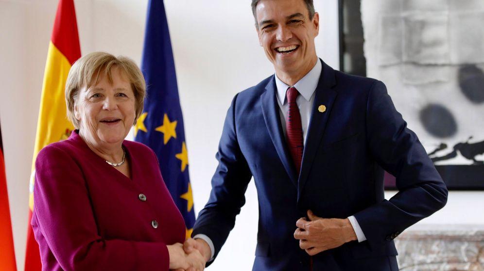 Foto: El presidente del Gobierno, Pedro Sánchez, estrecha la mano de la canciller de Alemania, Angela Merkel, este 28 de mayo en Bruselas. (EFE)