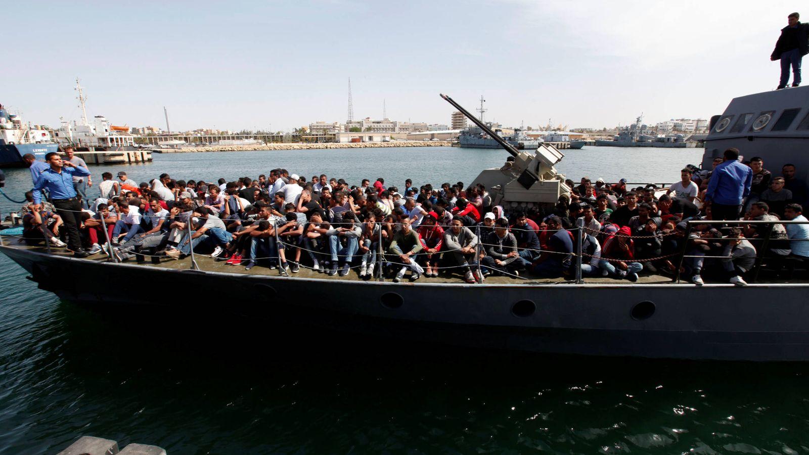 Foto: Inmigrantes en una patrullera de la Guardia Costera libia, en Trípoli, en mayo de 2017. (Reuters)