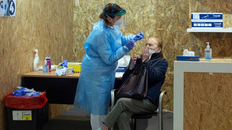 Una doctora realiza una prueba PCR en Galicia. (EFE)