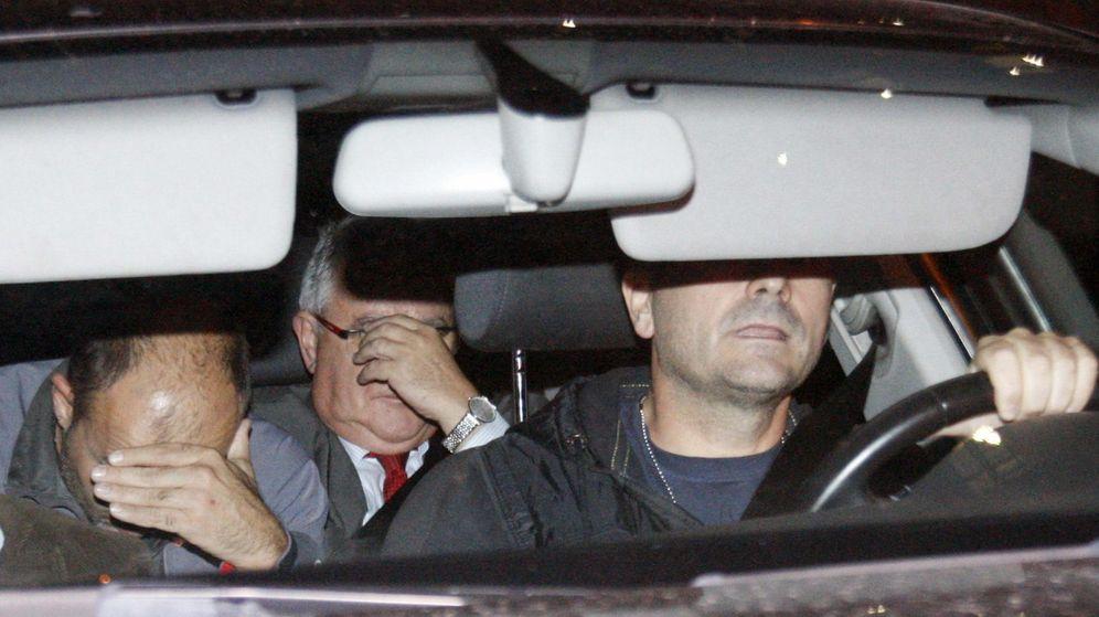 Foto: Un vehículo policial sale de la sede de CDC con el tesorero del partido, Andreu Viloca (c). (EFE)