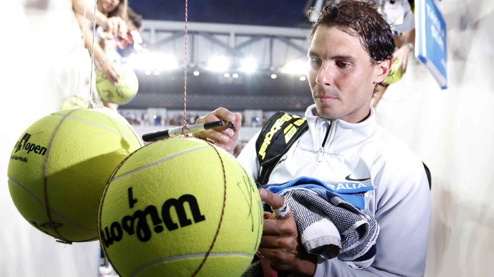 Foto: Rafa Nadal firma autógrafos tras el partido. (Reuters)