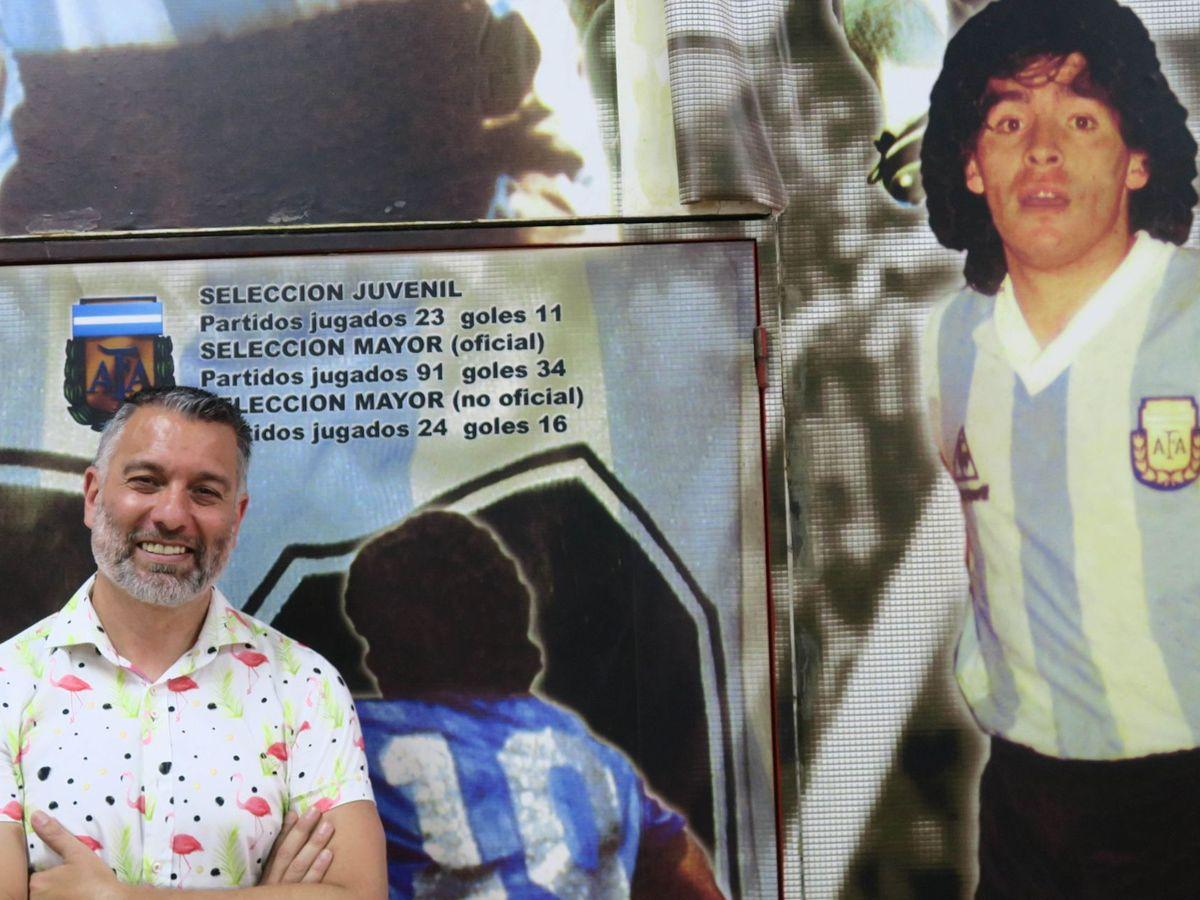 Foto: Guillem Balagué posa junto a una imagen de Maradona. (EFE)