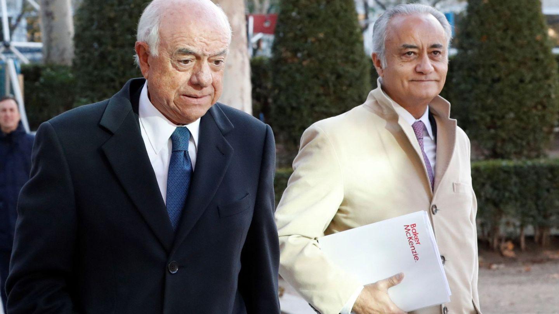 El expresidente de BBVA Francisco González, junto al abogado Jesús Santos, de Baker McKenzie. (EFE)