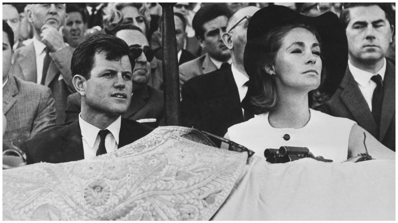 Ted Kennedy y su mujer Virginia Joan Bennett, durante una visita a Sevilla en 1965. (Getty)