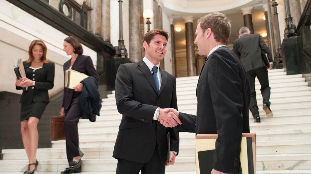 Foto: Abogados se saludan tras un juicio. (iStock)
