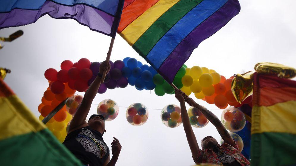 Foto: Manifestación a favor de la diversidad con banderas arcoíris (Efe)