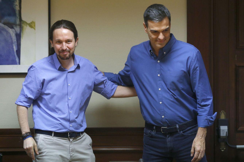 Foto: Pedro Sánchez y Pablo Iglesias, minutos antes de la reunión de las delegaciones de PSOE y Unidos Podemos en el Congreso, este 17 de julio. (EFE)