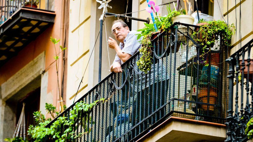 Foto: Un hombre fuma en un balcón de Barcelona. (iStock)