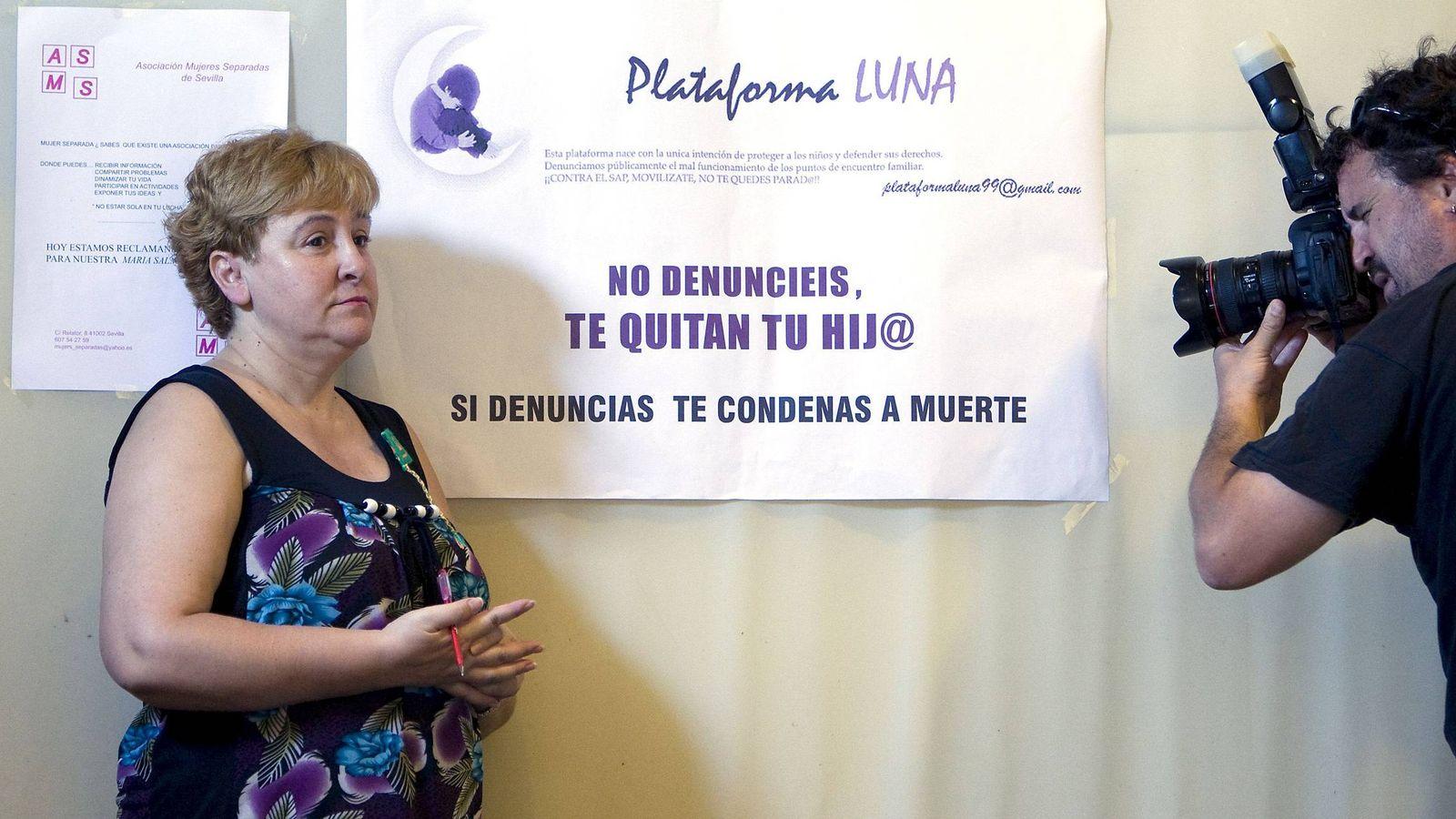 Foto: María Salmerón, cuya hija fue entregada a su padre en 2009 por desobediencia al incumplir el régimen de visitas. (Efe)