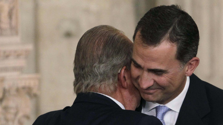 El rey Felipe recibe la felicitación del rey Juan Carlos, tras su abdicación. (EFE)