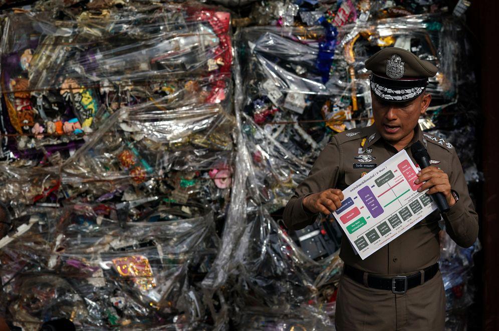 Foto: El subdirector general de policía, Wirachai Songmetta, muestra el decomiso de un cargamento ilegal de basura electrónica en Leam Chabang, Tailandia, el 29 de mayo de 2018. (Reuters)
