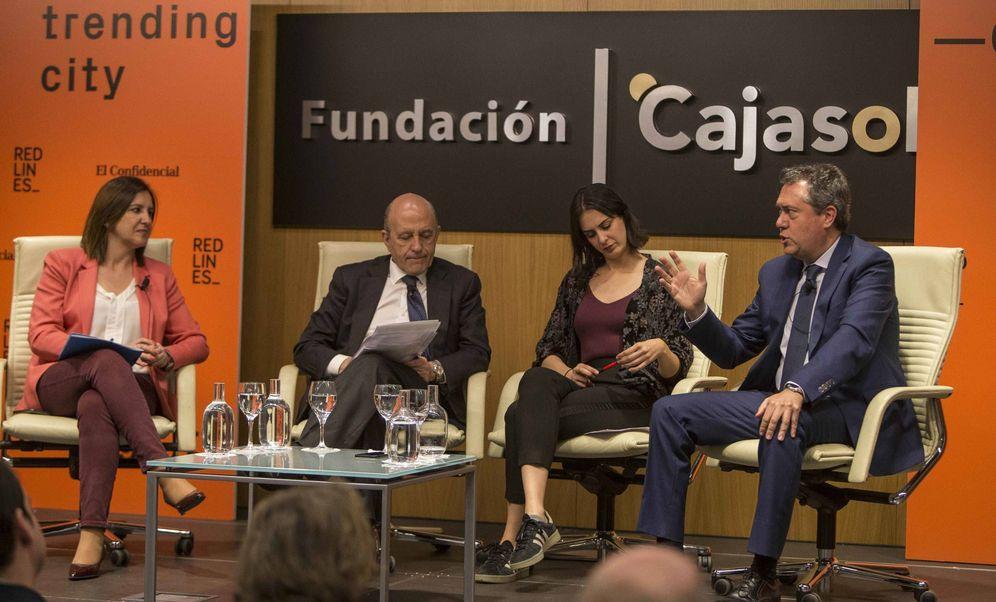 Foto: Juan Espadas, junto a María José Catalá, Rita Maestre y José Antonio Zarzalejos. (Fernando Ruso)