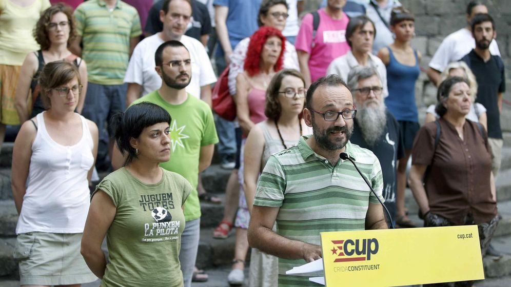 Foto: Los diputados Anna Gabriel (i) y Benet Salellas (c) de la CUP. (EFE)