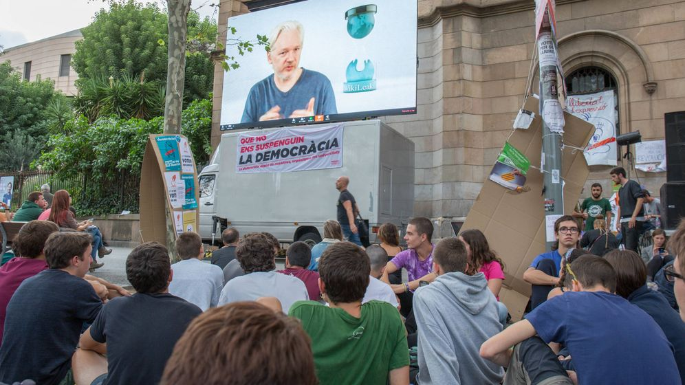 Foto: Videoconferencia en Barcelona de Assange. (D. B.)