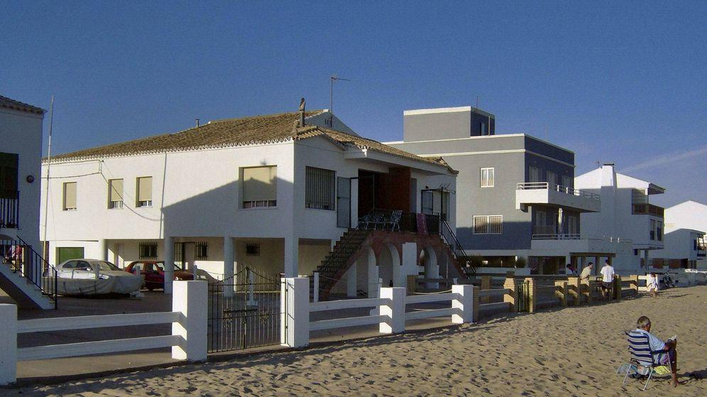 Foto: Casas construidas sobre la arena en La Antilla, Huelva. EFE