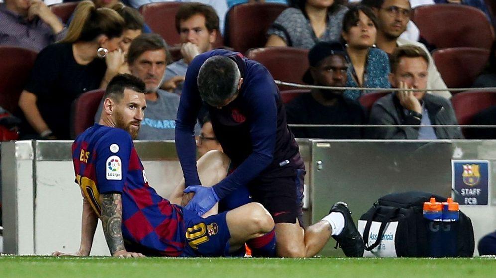 Foto: Messi fue atendido a la media hora de partido, pero aguantó hasta el descanso. (EFE)