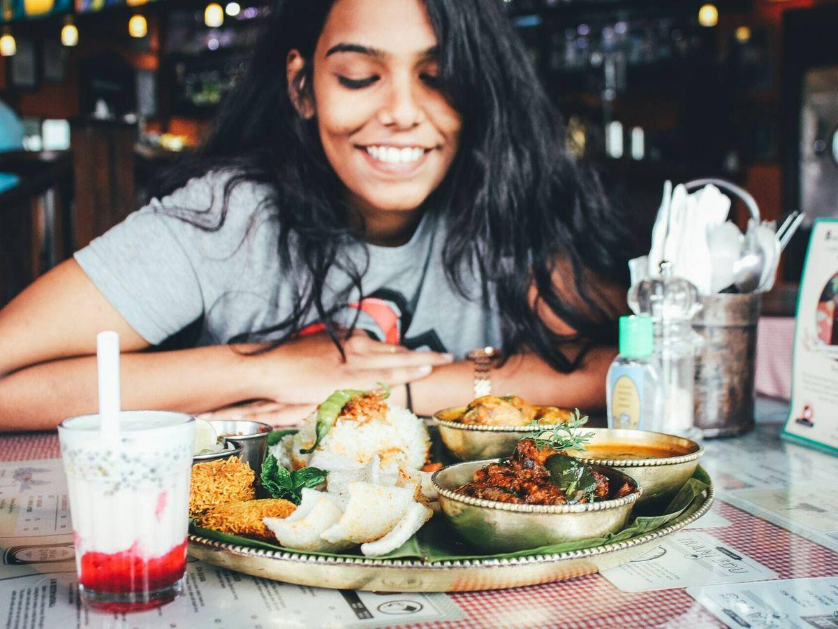 """Foto: Comer rápido generaría problemas de salud a nivel gastrointestinal """"como hinchazón, eructos y malestar estomacal"""" (Unsplash)"""