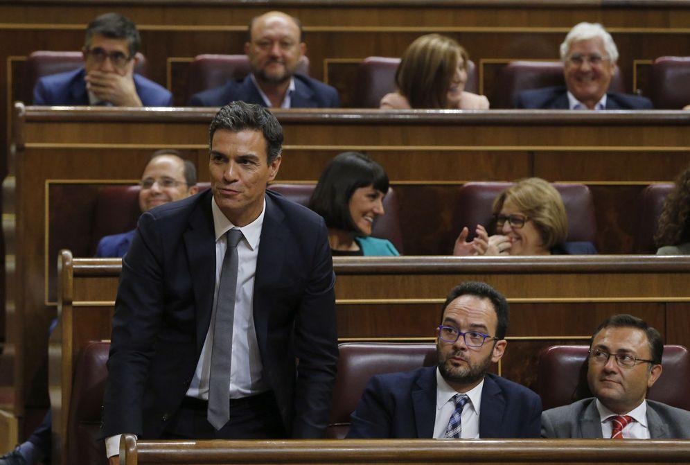 Foto: Pedro Sánchez vota no desde su escaño en el Congreso en la primera votación de investidura de Mariano Rajoy, este 31 de agosto. (EFE)