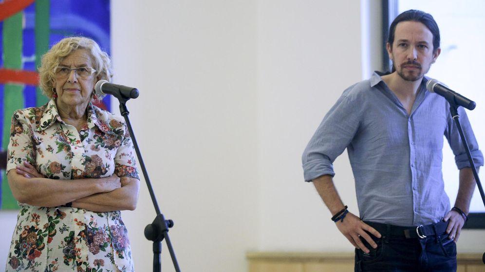 Foto: La alcaldesa de Madrid, Manuela Carmena, junto al secretario general de Podemos, Pablo Iglesias, tras un acto celebrado en el Palacio de Cibeles. (EFE)