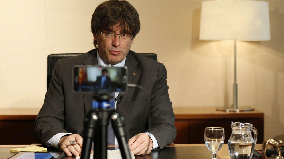 Foto: Puigdemont responde a los cuidadanos en un chat de Facebook. (EFE)