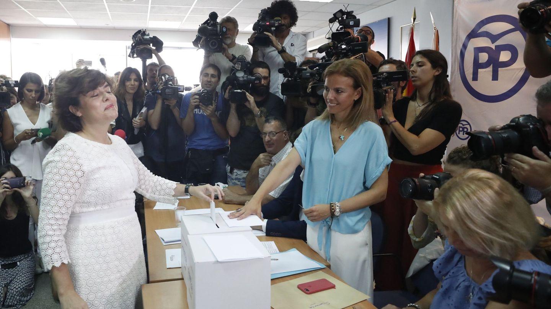 Soraya Sáenz de Santamaría también votó en la sede del distrito de Salamanca. (EFE)
