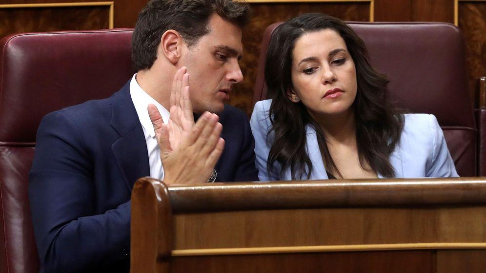 Foto: Albert Rivera e Inés Arrimadas, en sus escaños del Congreso de los Diputados. (EFE)