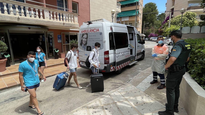 Los dos últimos confinados que faltaban por llegar al hotel Palma Bellver. (D.B.)