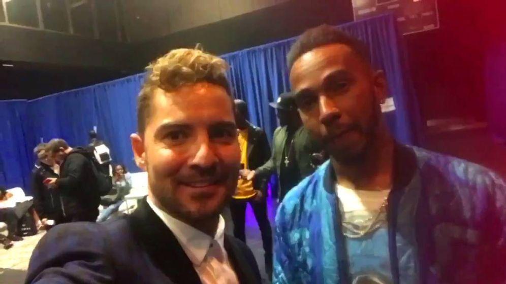 Foto: David Bisbal y Lewis Hamilton en una imagen de archivo. (Twitter)
