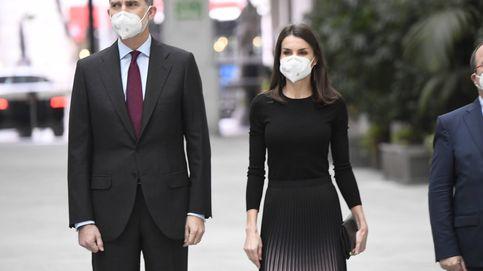 Letizia e Isabel Díaz Ayuso, unidas por sus looks: botas altas, falda midi y tonos oscuros