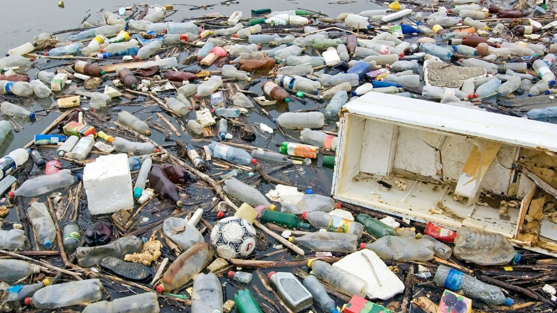 Cada vez más empresas recurren al plástico oceánico para fabricar sus prendas (EFE)