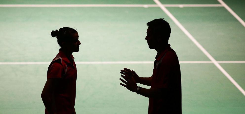 Foto: Carolina Marín de España habla con su entrenador durante Abierto de Australia de bádminton. (Foto: Matt King / Getty Images)