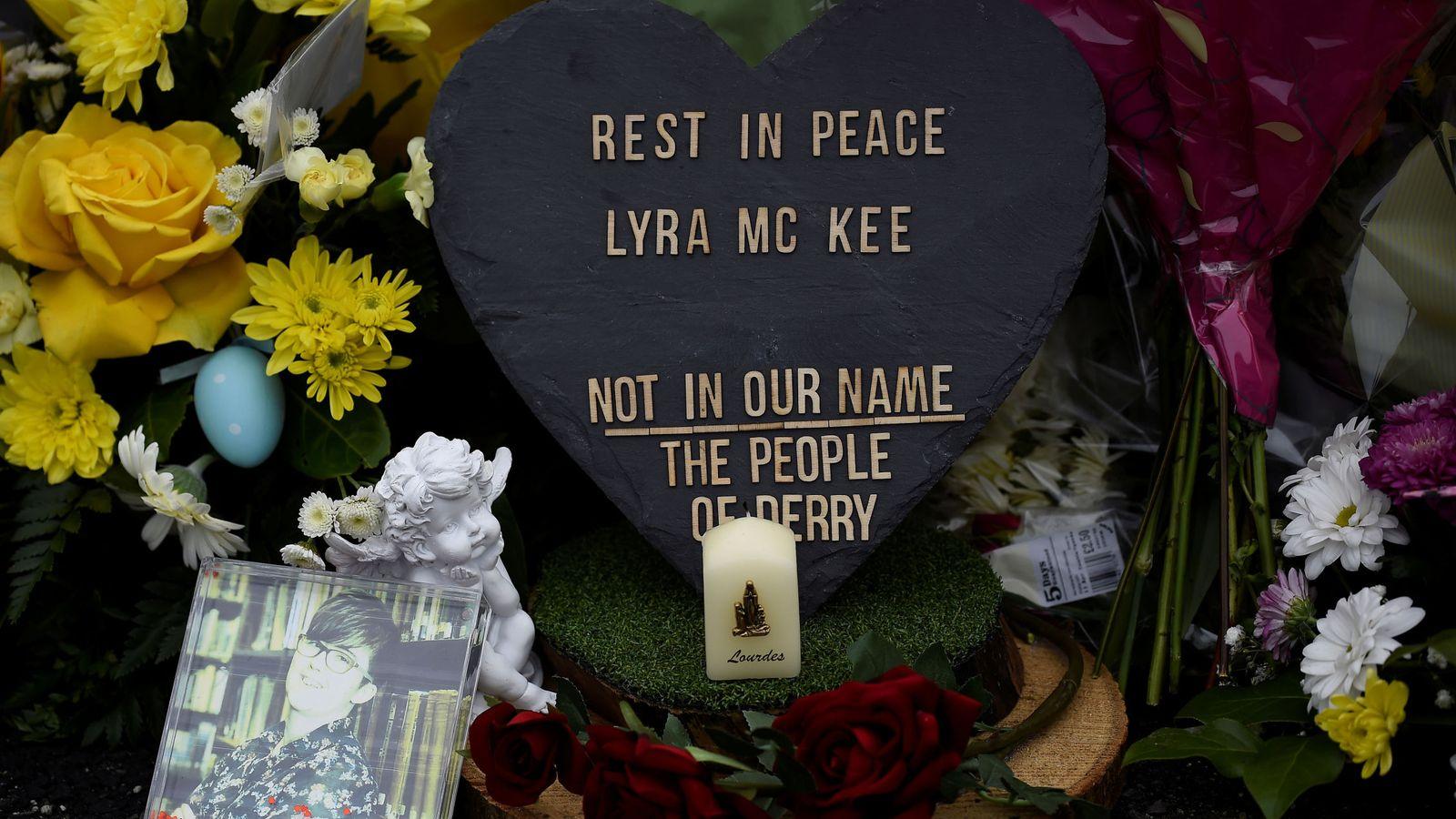 Foto: Flores recuerdan a la periodista asesinada Lyra McKee. (Reuters)