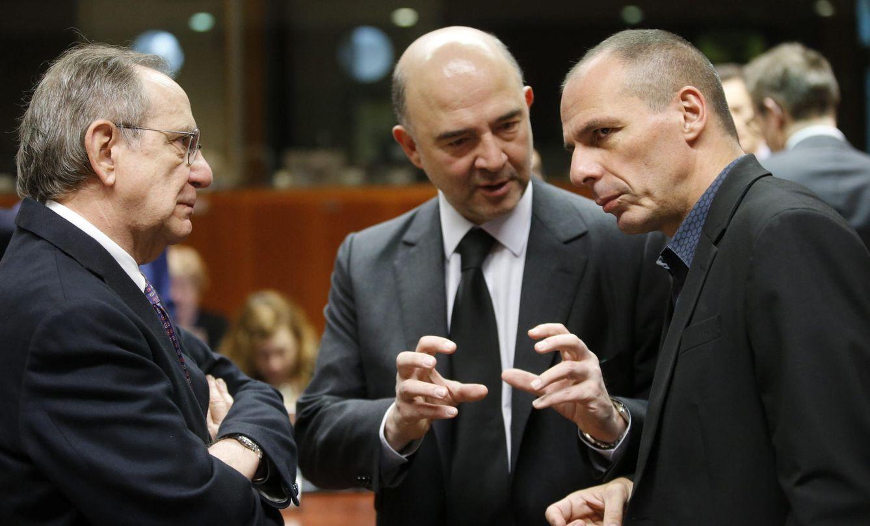 Foto: Pierre Moscovici (centro), conversa con el ministro griego de Finanzas, Yanis Varoufakis (dcha), y el ministro italiano de Finanzas, Pier Carlo Padoan. (EFE)