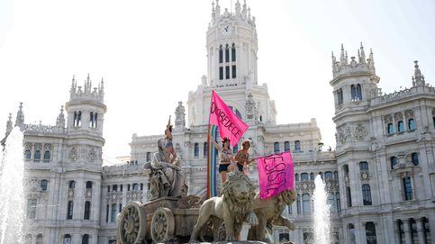 Activistas de Femen desafían la 'Ley Mordaza' en Cibeles
