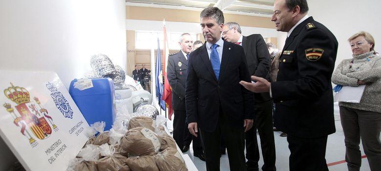 Foto: Ignacio Cosidó, director general de la Policía, con la heroína intervenida (EFE)