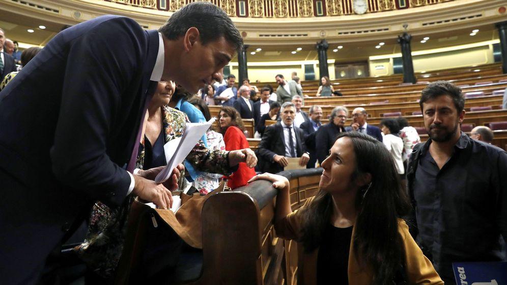 Foto: La portavoz adjunta de Podemos, Ione Belarra, conversa con el presidente del Gobierno, Pedro Sanchez, en el hemiciclo del Congreso. (EFE)