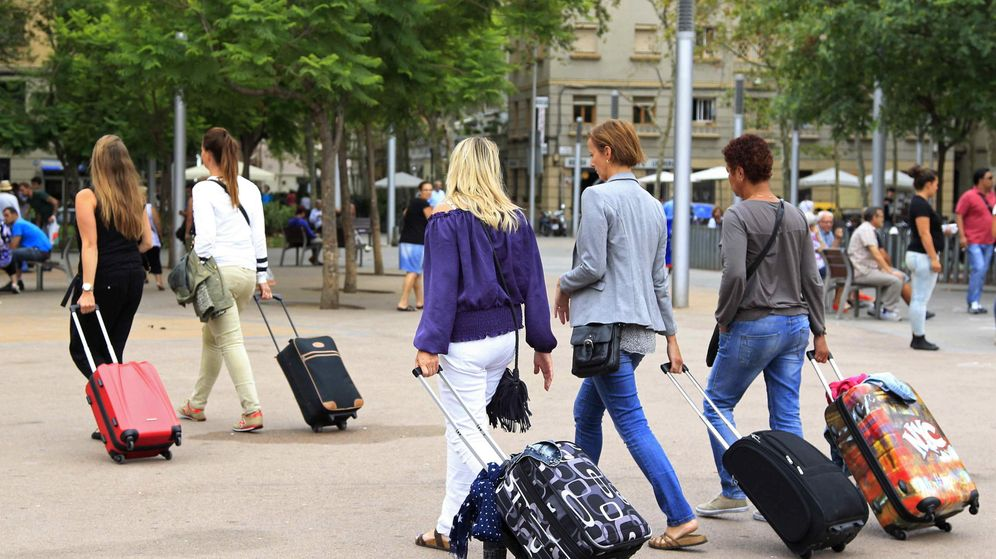 Foto: Unas turistas buscan su hospedaje en el barrio de la Barceloneta. (EFE)