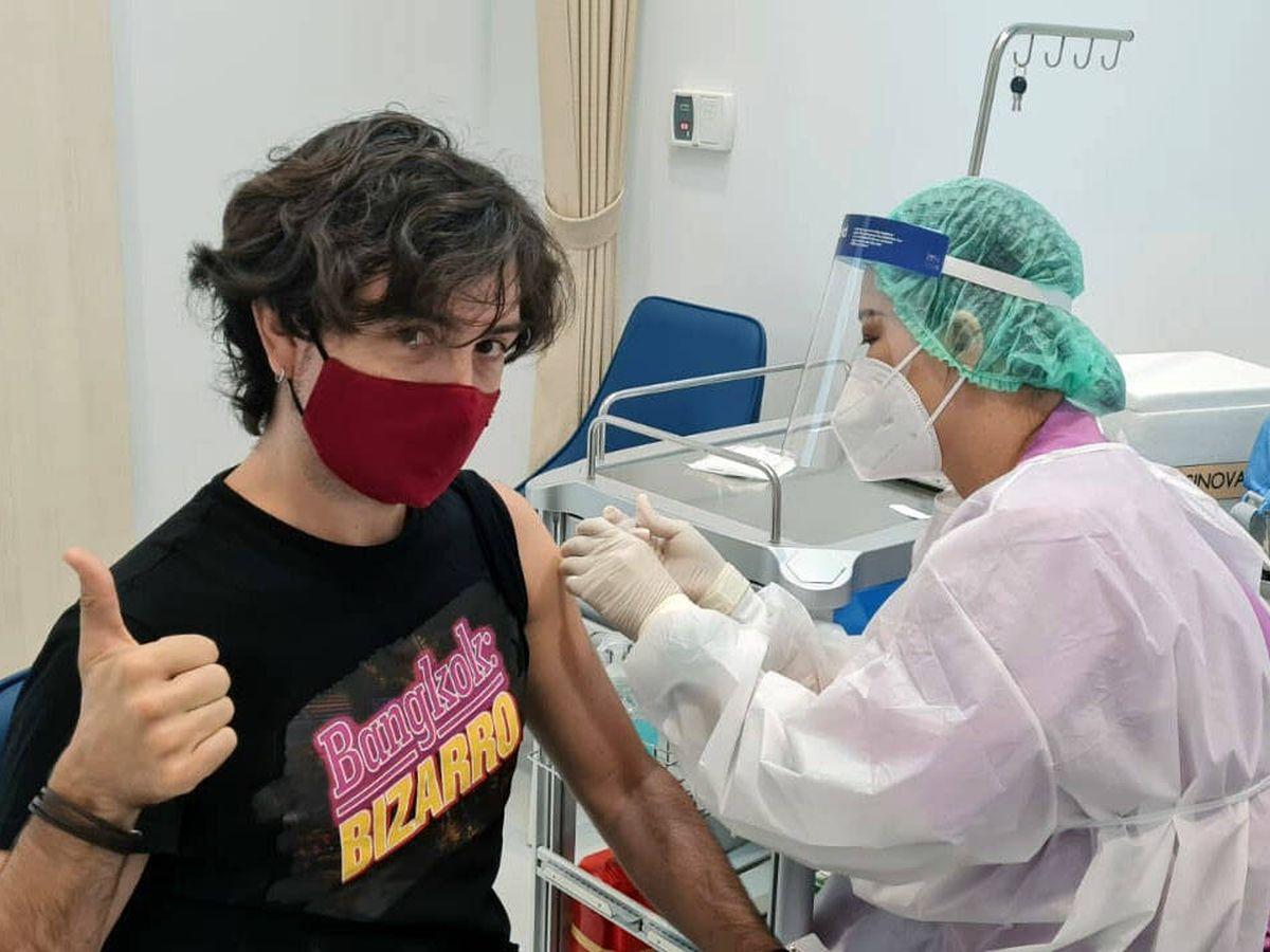 Foto: Momento en que recibo la vacunación en Tailandia. (L. G-J.)