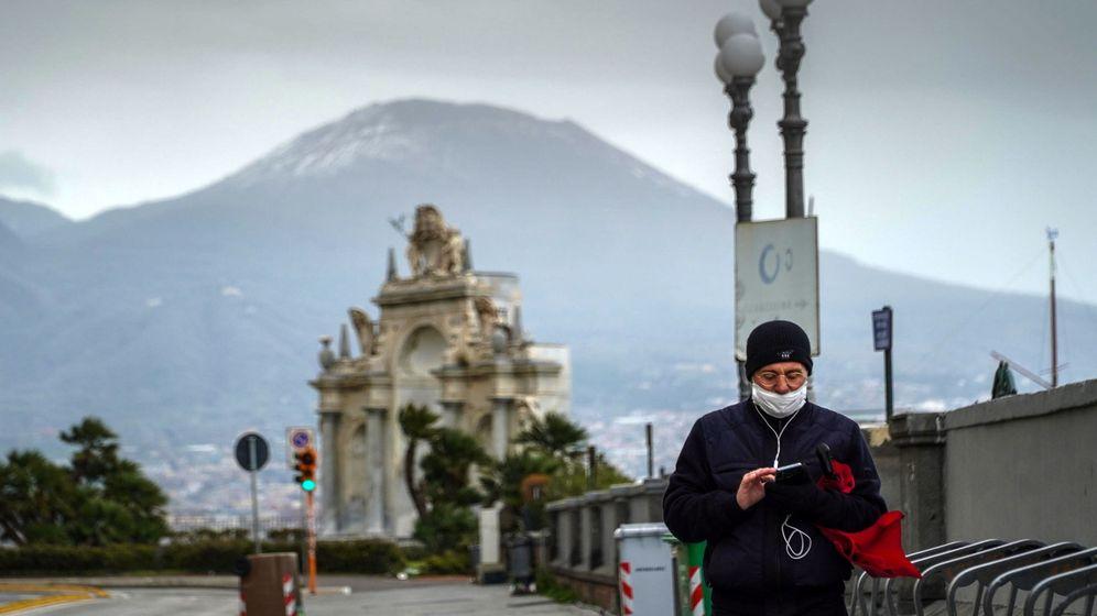 Foto: Un hombre pasea en Nápoles. (EFE)