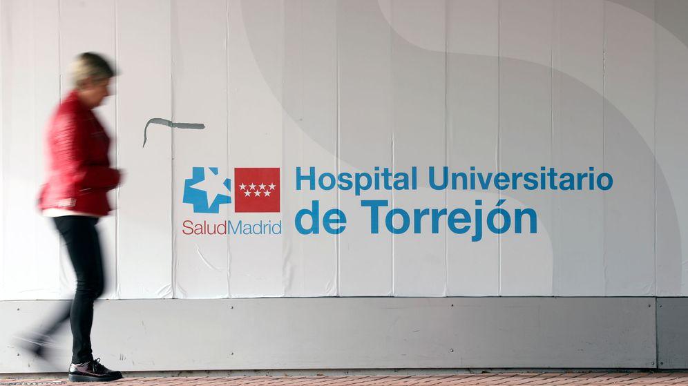 Foto: Una mujer entrando en el Hospital de Torrejón. (Reuters)