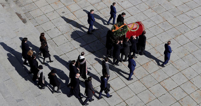 Foto: La familia Franco, portando el ataúd tras la exhumación del dictador. (Reuters)