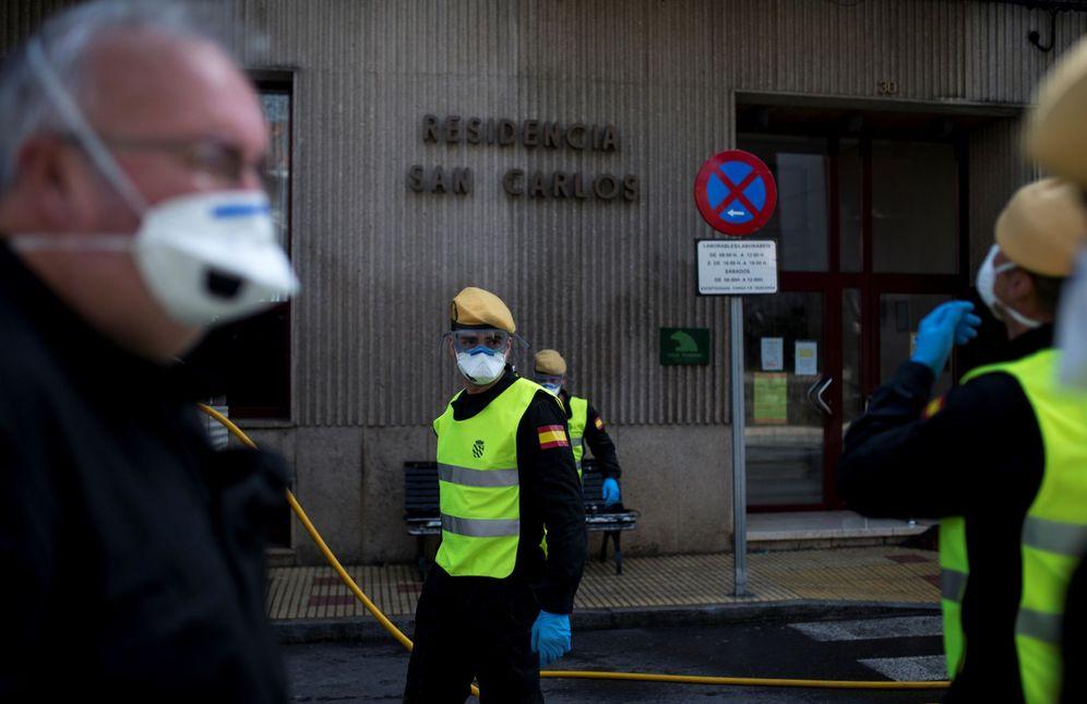 Foto: Efectivos de la UME desinfectan una residencia de mayores. EFE