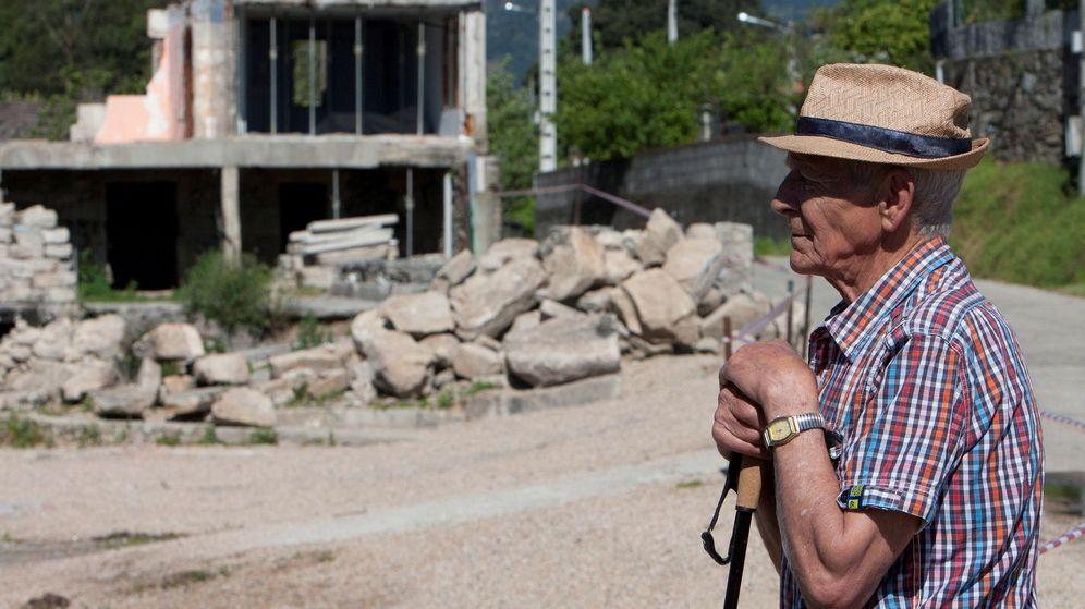 Foto: Un vecino contempla la zona afectada por la explosión. (EFE)